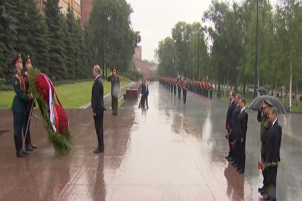 Τι και αν βρέχει! Ο Πούτιν στέκεται ακίνητος και τιμά τους νεκρούς τους Β' Παγκόσμιου πολέμου (video)