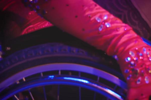 Αυτό θα πει «δύναμη» ψυχής! Χορεύτρια του burlesque χορεύει πάνω στο αναπηρικό της αμαξίδιο (video)