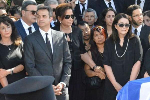 Απάντηση σε κάτι που λίγοι παρατήρησαν: Ποιοι είναι οι Φιλιππινέζοι μέσα στην οικογένεια στην κηδεία του Κ. Μητσοτάκη; (Photos)
