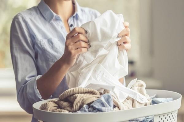Πώς θα σώσετε τα ρούχα που ξέβαψαν στο πλυντήριο με 2 εύκολα tips