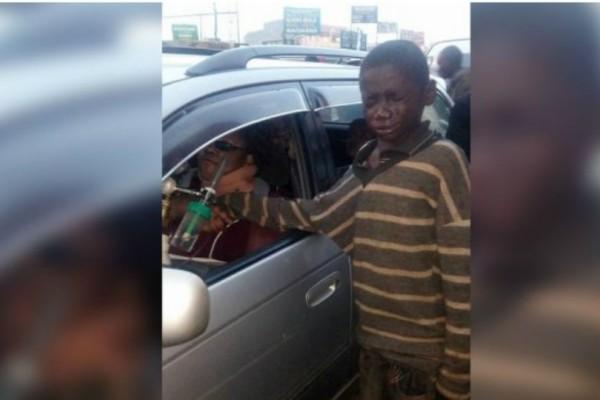 Αυτό το παιδί πλησίασε ένα αμάξι για να ζητήσει χρήματα μόλις όμως είδε την οδηγό ξέσπασε σε κλάματα!