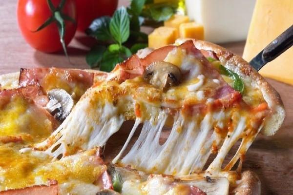 Υπάρχει ένας τρόπος να ζεστάνετε την πίτσα και να γίνει πιο νόστιμη από την αρχική! Δείτε τον!