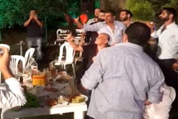 Συγκλονιστικό βίντεο: Γαμπρός πυροβολεί στον αέρα στο γλέντι του γάμου και πετυχαίνει τον φωτογράφο!