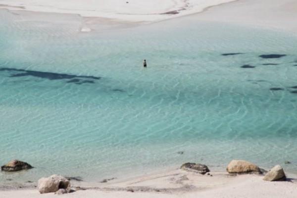 Η μαγευτική λιμνοθάλασσα με την άσπρη άμμο που βρίσκεται στην Ελλάδα και συμπεριλαμβάνεται κάθε χρόνο στις καλύτερες παραλίες του κόσμου! (Photos)