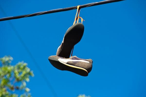 Έχετε δει ποτέ κρεμασμένα παπούτσια σε καλώδια της ΔΕΗ; Δείτε τι σημαίνει