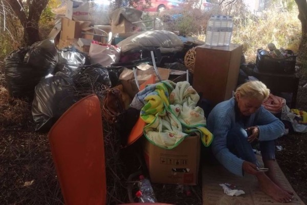Ντροπή: Πέταξαν άνεργη γυναίκα στον δρόμο για ένα ενοίκιο! (video)
