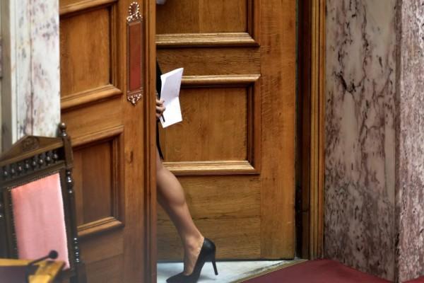 Η γάμπα στην ελληνική Βουλή που