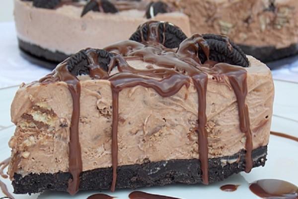 Πανεύκολη τούρτα παγωτό με μπισκότα και σοκολάτα Lacta! - Θα σας ξετρελάνει!