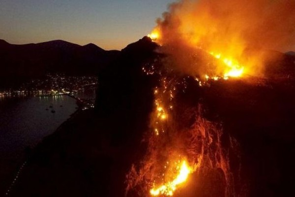 Απίστευτες εικόνες: Ισχυρή πυρκαγιά πάνω από το κάστρο της Μονεμβασιάς! (photos+video)