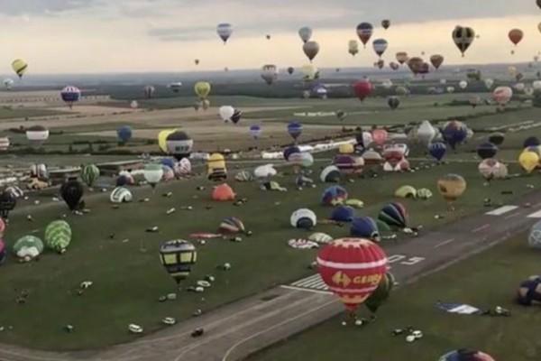 Μοναδικό θέαμα! Εκατοντάδες αερόστατα γέμισαν το γαλλικό ουρανό! (video)
