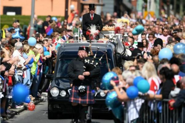 Ράγισαν καρδιές στην κηδεία του μικρού Μπράντλεϊ! Ολόκληρη ομάδα ποδοσφαίρου πήγε στην κηδεία του (Photos+video)
