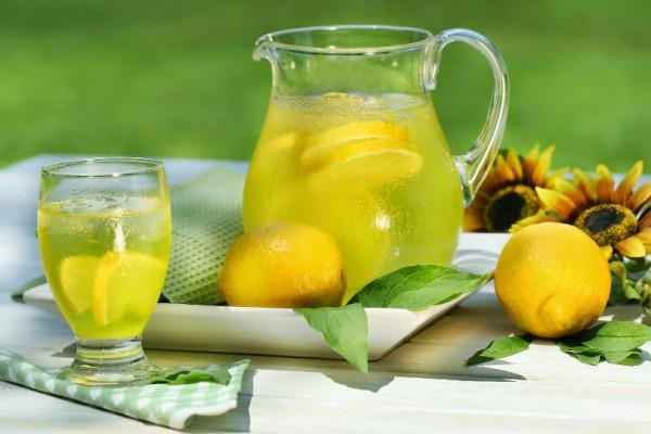 Τα οφέλη του νερού με λεμόνι, όταν το πίνετε το πρωί με άδειο στομάχι