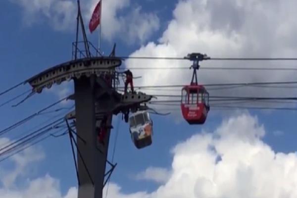 Βίντεο σοκ: Πανικός σε τελεφερίκ! - 100 άτομα κρέμονταν στον αέρα!