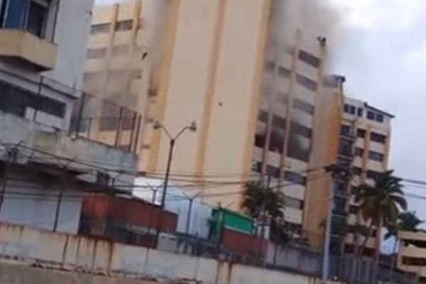 Βίντεο - σοκ: Άνδρας πηδάει από τον ένατο όροφο φλεγόμενου κτηρίου για να σωθεί!
