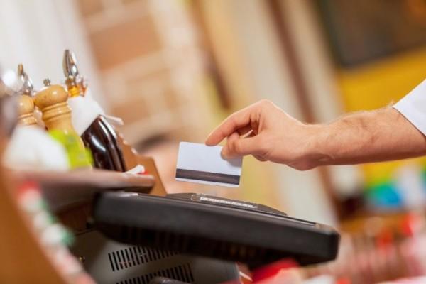 Ο εφιάλτης του POS: Οι καταστηματάρχες κατεβάζουν ως 50% τις τιμές να να πληρώνονται σε μετρητά!