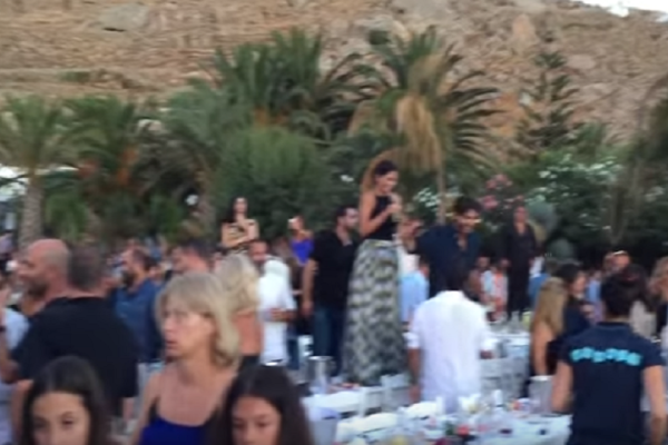 Συναυλία Ρέμου - Ραμαζότι: Γλέντι μέχρι τα ξημερώματα στο «Nammos»!  Ξέφρενος χορός στα τραπέζια και... μπάνιο με σαμπάνιες (video)