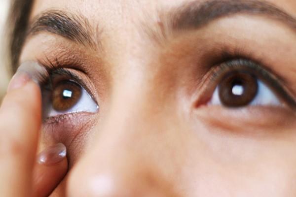 Δεν θα πιστεύετε πόσους φακούς επαφής είχε αυτή η κοπέλα στα μάτια της: Σοκ έπαθαν οι γιατροί!