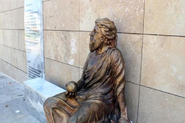 Σάλος στη Σμύρνη: Έφτιαξαν άγαλμα του Αναξαγόρα με το πρόσωπο Τούρκου ποιητή (Photo)