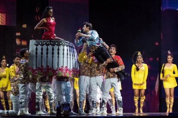 Υπερπαραγωγή τα Όσκαρ του Bollywood! - Σόου με στρας, κρόσσια και έντονα χρώματα! (Photo)