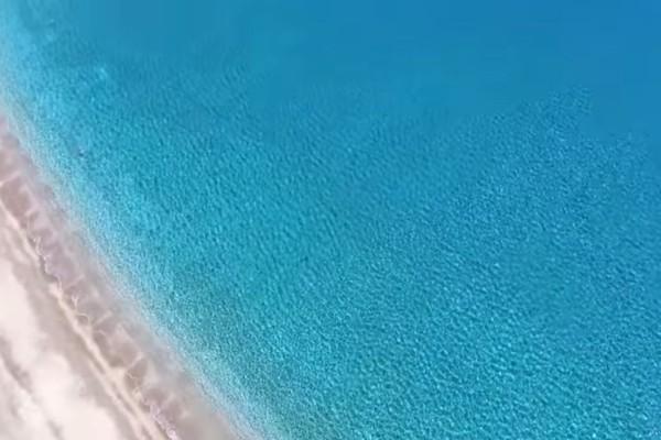 Η παραλία που βρίσκεται μια ανάσα από την Αθήνα και πρέπει να επισκεφτείτε! Τα καταγάλανα νερά της θα σας μαγέψουν!(video drone)