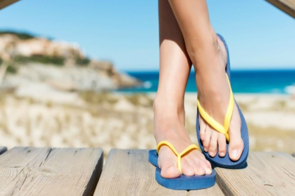 Φοβερό κόλπο: Έτσι πρέπει να φοράτε τις σαγιονάρες για να μην καταστρέψετε τα πόδια σας!