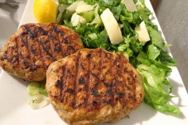 Φτιάξτε πεντανόστιμα μπιφτέκια γεμιστά με κολοκυθάκια και ρυζοσαλάτα!
