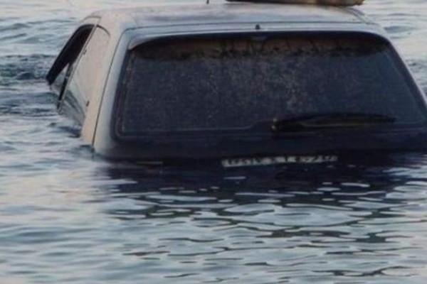 Κερατσίνι: ΙΧ έπεσε στη θάλασσα - Ανασύρθηκε χωρίς τις αισθήσεις του ο οδηγός