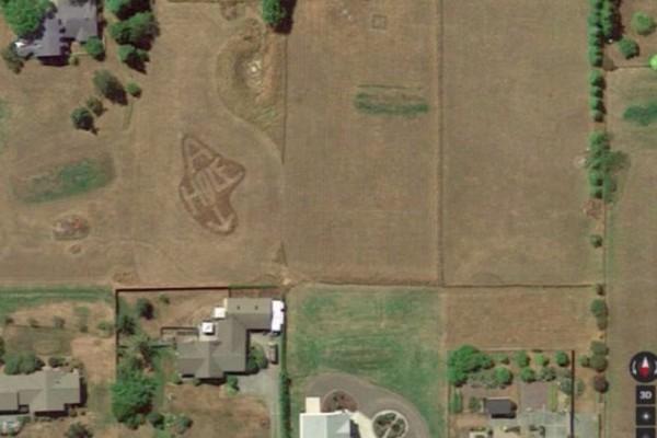 Η εκδίκηση του γείτονα: Το εκδικητικό μήνυμα που φρόντισε να γίνει ορατό μέσω Google Earth! (photo)