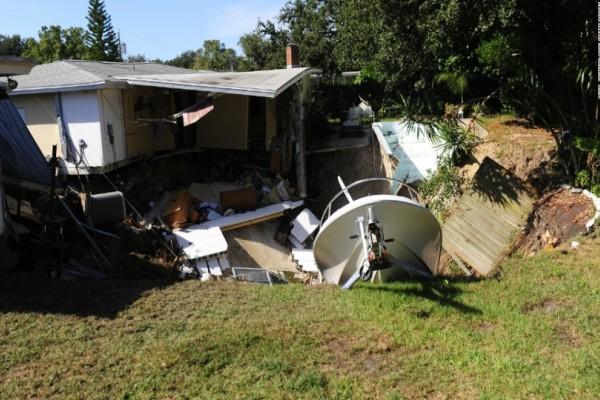 Άνοιξε η Γη και τα κατάπιε: Δυο σπίτια χάθηκαν μέσα στο έδαφος στη Φλόριντα ! (εικόνες)