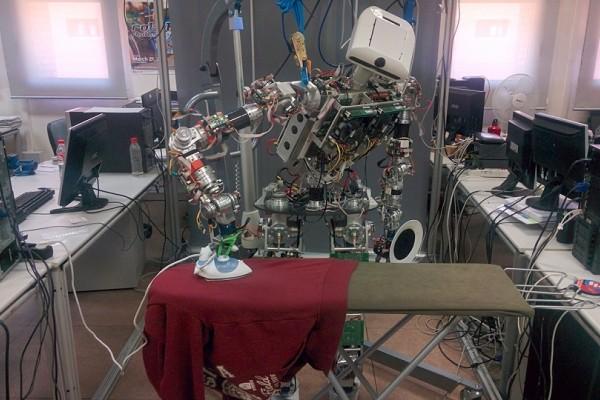 Το ρομπότ που θα λατρέψουν όλες οι γυναίκες! - Σιδερώνει μόνο του όλα τα ρούχα! (Video)