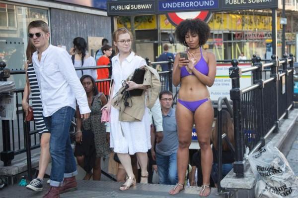 Λονδίνο: Κοπέλα περπατά ημίγυμνη στους δρόμους και ζητά...