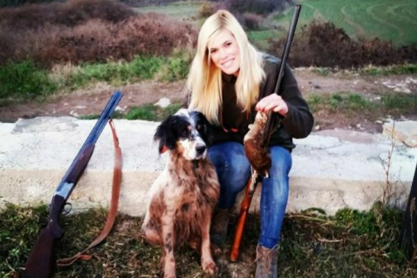Νεκρή βρέθηκε 27χρονη blogger κυνηγός που δεχόταν απειλές στα social media!