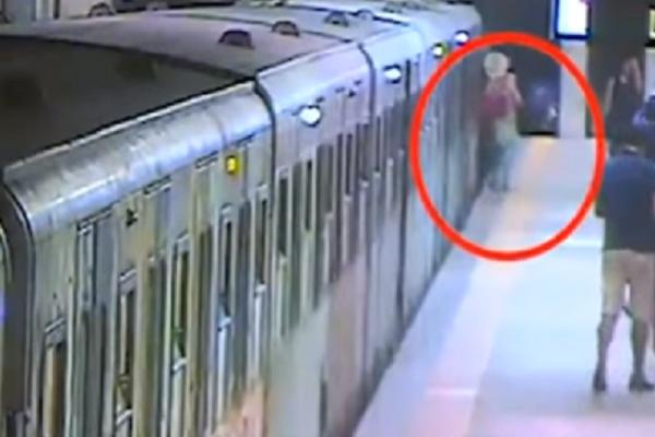 Βίντεο σοκ: Γυναίκα σύρθηκε πιασμένη σε πόρτα βαγονιού επειδή ο οδηγός έτρωγε!