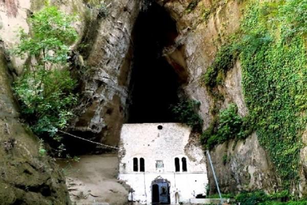 Εντυπωσιακό τοπίο: Η ελληνική μονή που είναι «σφηνωμένη» ανάμεσα σε 2 φαράγγια! (Photo & Video)