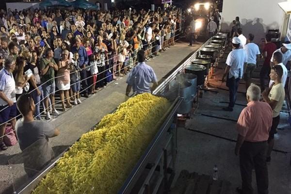 Νάξος: Το νησί ετοιμάζεται να καταρρίψει κάθε ρεκόρ και να μπει στο βιβλίο Γκίνες για το μεγαλύτερο σερβίρισμα τηγανητής πατάτας (Photo)