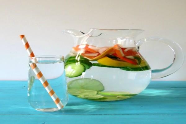 Φτιάξτε το δικό σας αρωματισμένο νερό με πιπεριά και αγγούρι