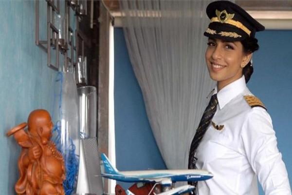 Άκρως εντυπωσιακή: Αυτή είναι η νεότερη κυβερνήτης Boeing 777 στον κόσμο (Video)