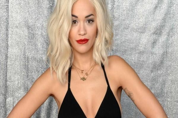 Η Rita Ora ποζάρει με σιθρού σουτιέν και προκαλεί