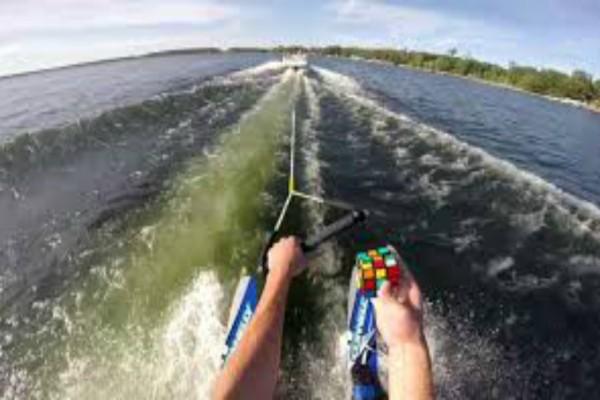 Απίστευτο video: Άντρας κάνει water ski και λύνει τον κύβο του Ρούμπικ!