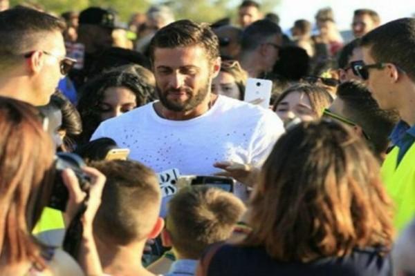 Survivor - Τελικός: Κατέφτασε ο Κωνσταντίνος Βασάλος! Με το χαμόγελο στα χείλη φωτογραφήθηκε με τα παιδάκια που έπεσαν πάνω του! (Photos)