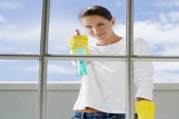 Αυτός είναι ο πιο εύκολος τρόπος να καθαρίσεις μια και καλή τα τζάμια του σπιτιού σου!
