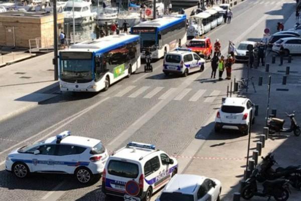 Συμβαίνει τώρα: Αυτοκίνητο έπεσε σε δύο στάσεις λεωφορείων στην Μασσαλία - Ένας νεκρός