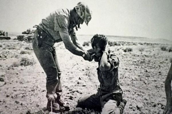 Μια φωτογραφία που ισοδυναμεί με χίλιες λέξεις και περιγράφει τις τραγωδίες της Κύπρου! - Το τελευταίο τσιγάρο πριν την εκτέλεση