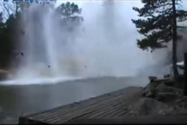 Απίστευτο βίντεο: Δείτε τι συμβαίνει όταν ένας κεραυνός πέφτει σε ποτάμι!