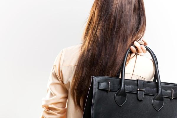 Δεν θα πιστεύετε ποιο είναι το πιο βρώμικο αντικείμενο που έχει η τσάντα σας!
