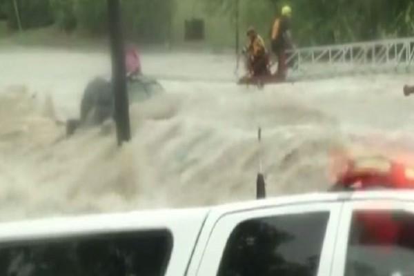 Βίντεο που προκαλεί ρίγος: Συγκλονιστική διάσωση οδηγού μέσα από ορμητικά νερά!
