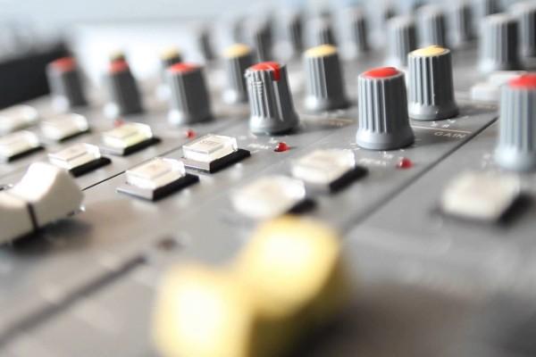 Μετά τις άδειες για τα τηλεοπτικά κανάλια έρχεται νομοσχέδιο και για τα ραδιόφωνα!