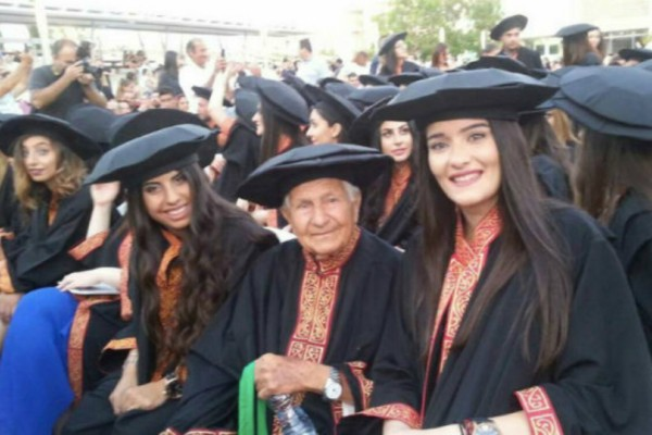 97χρονος Κύπριος πήρε το πρώτο του πτυχίο και τον Σεπτέμβριο πάει... για το δεύτερο! (Photos+video)