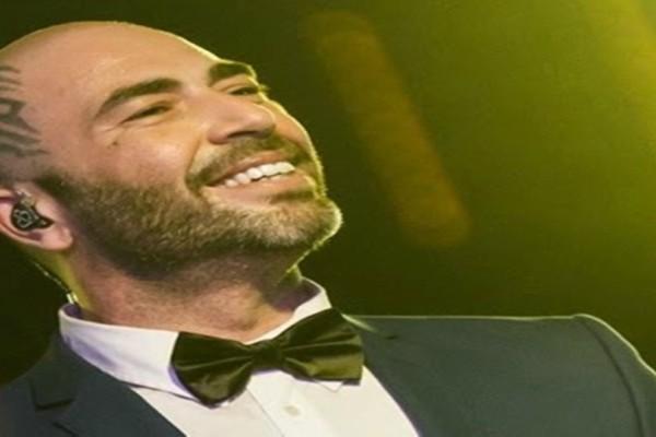 Ο τραγουδιστής και το φλαμίνγκο του: Η χιουμοριστική φωτογραφία του Βαλάντη στην παραλία!