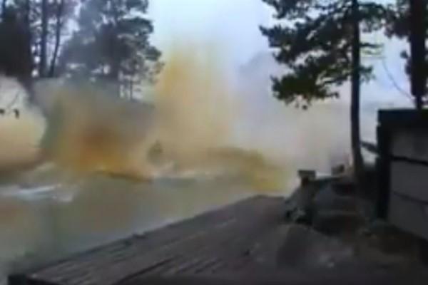 Σοκαριστικό: Δεν φαντάζεστε τι συνέβη όταν ένας κεραυνός χτύπησε... ποτάμι! (video)